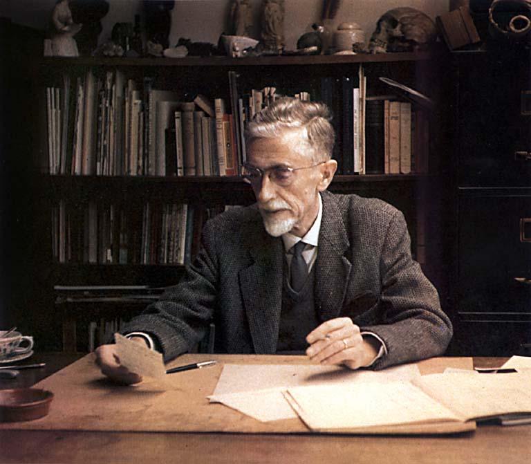Escher assis a son bureau qui fumait une clope pepouze