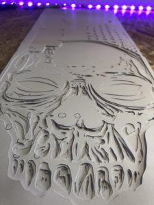 Je customise un skateboard au pochoir